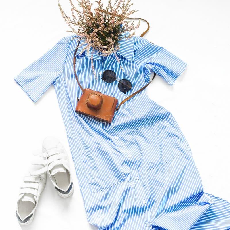 Błękit paskował suknię z okularami przeciwsłonecznymi, białymi sneakers c i rocznikiem, obrazy stock
