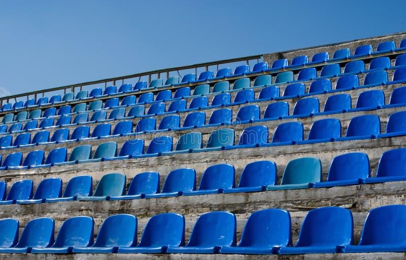 Błękit pusty rzędów siedzenie