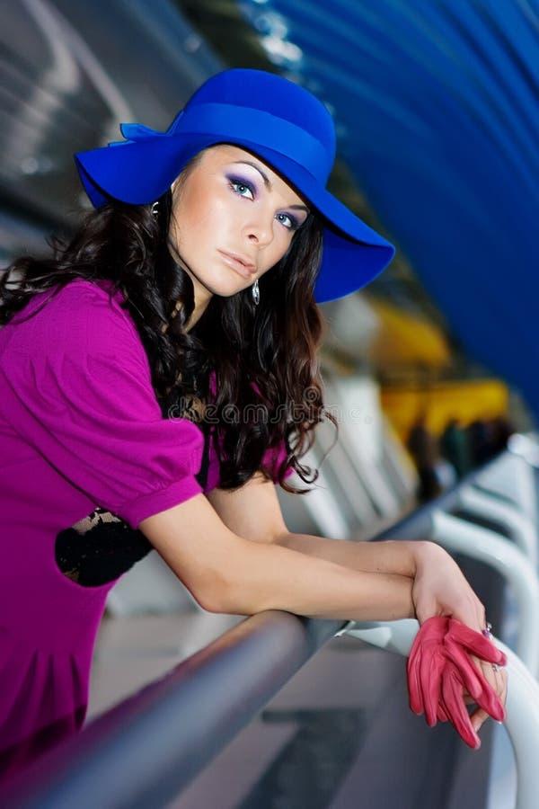błękit smokingowe dziewczyny kapeluszu purpury zdjęcia stock