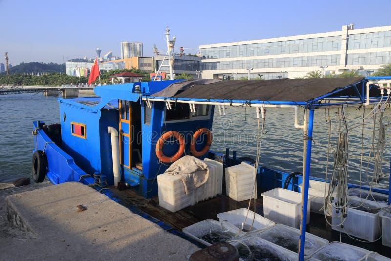 Błękit wyrzucać na brzeg łódź rybacka fotografia stock