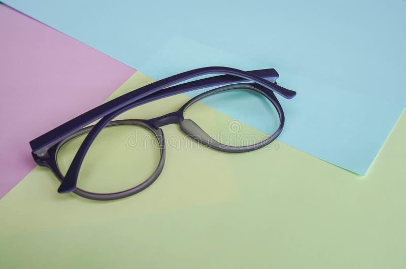 Błękita światła rżniętej ochrony kobiet fiołkowi śliczni eyeglasses na pastelowym tle fotografia royalty free