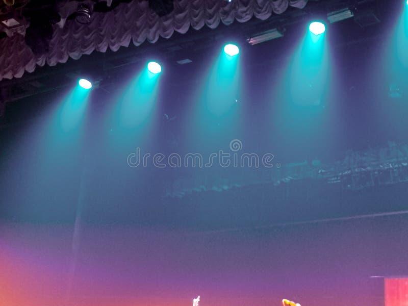 Błękita światło na scenie przy koncertem jako tło obrazy stock