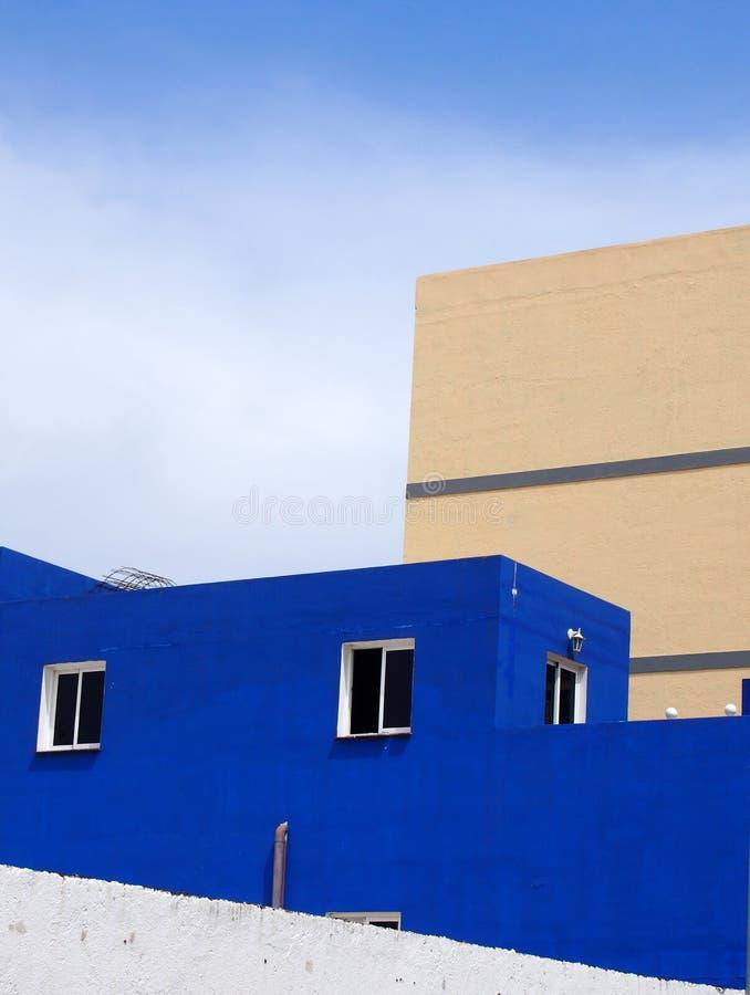 Błękita betonu dom z nowożytnym kubicznym projektem fotografia royalty free