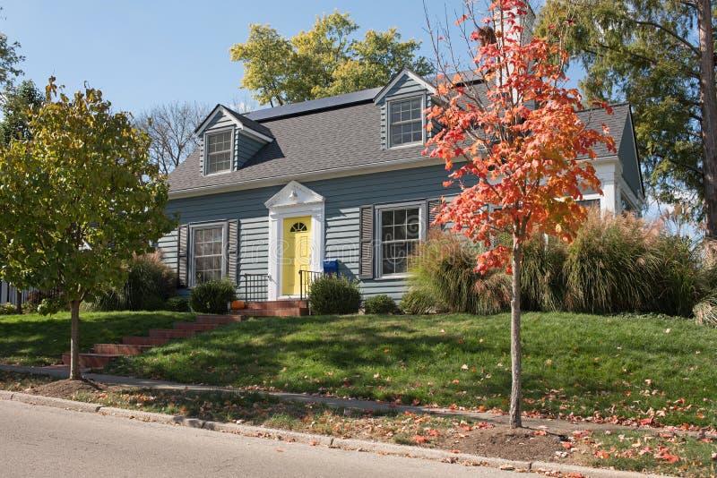 Błękita dom na wzgórzu z Żółtym drzwi fotografia stock