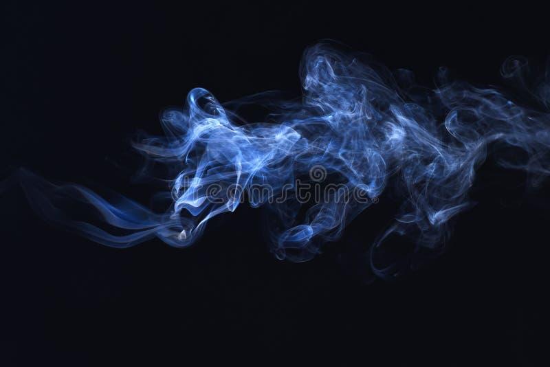 Błękita dym na czarnym tle, mrozu prochowy wybuch ruch obrazy stock