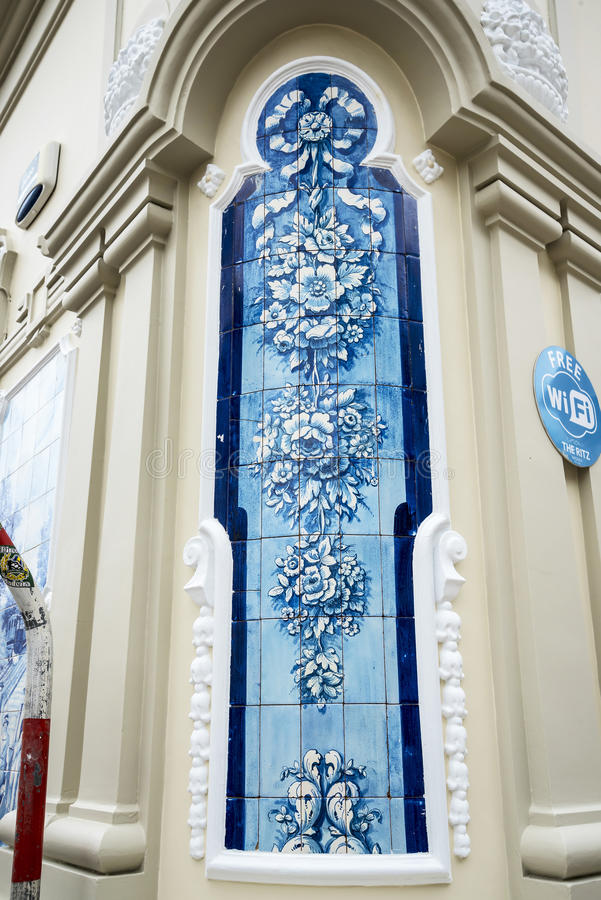Błękita i bielu płytki w Drzewnych Prążkowanych Głównych zakupy ulicach w Funchal maderze Portugalia zdjęcia royalty free