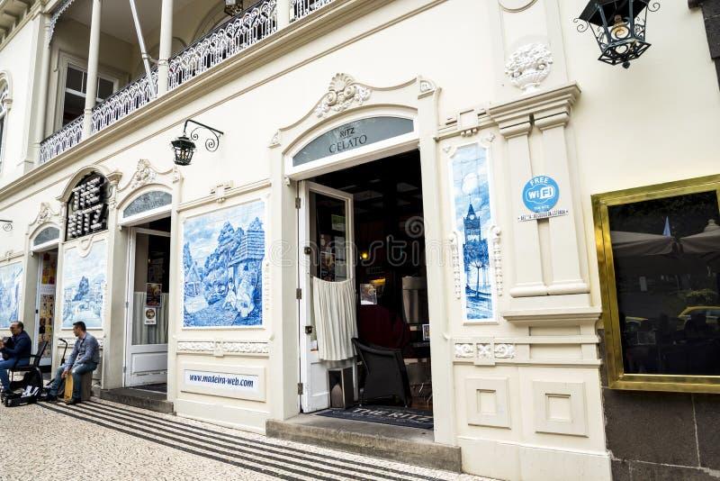 Błękita i bielu płytki w Drzewnych Prążkowanych Głównych zakupy ulicach w Funchal maderze Portugalia zdjęcie stock