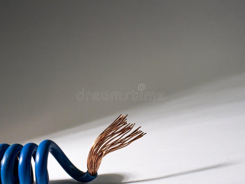 Błękita kabel przekręcający na białym tle elektryczny izolujący drut fotografia royalty free