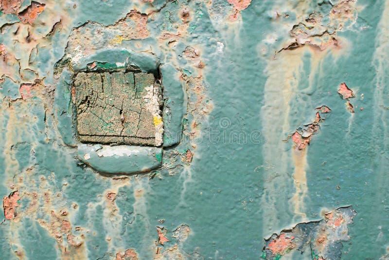 Błękita metalu zrudziały talerz z kwadratowym drewnianym kawałkiem obrazy royalty free