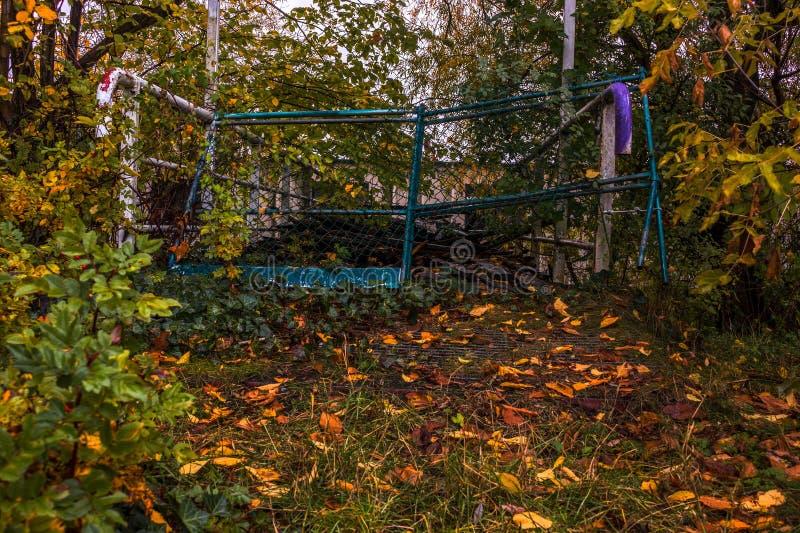 Błękita ogrodzenie otaczający drzewami i krzakami zdjęcia stock