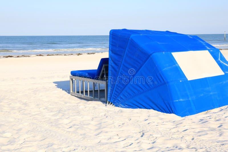 Błękita Plażowy Cabana na Białego piaska Tropikalnej plaży zdjęcie stock
