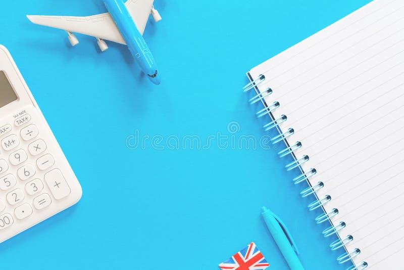 Błękita zabawkarski samolot na błękitnym tle i brytyjskiej fladze zdjęcia royalty free