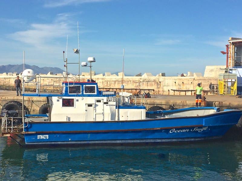 BŁĘKITNA łódź rybacka W schronieniu obraz royalty free