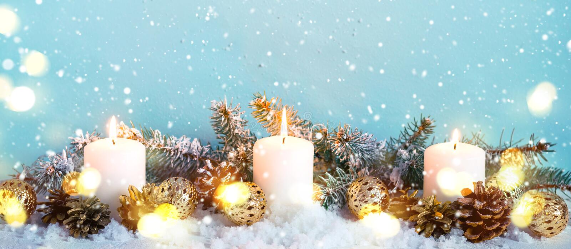 Błękitna śnieżna boże narodzenie granica jodeł gałąź i płonące świeczki zdjęcia royalty free