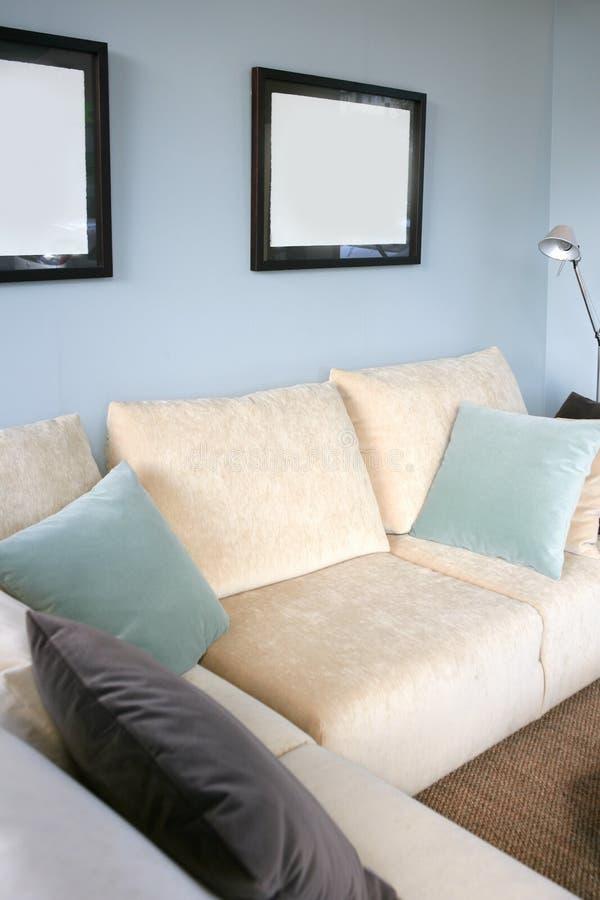 błękitna żywa izbowa kanapy ściana fotografia royalty free