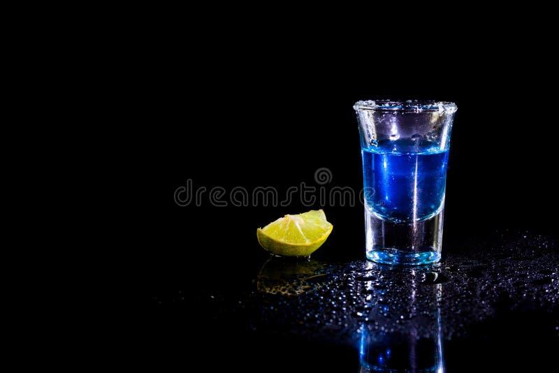 Błękitna ajerówka w szkle i cytrynie z solą obraz stock