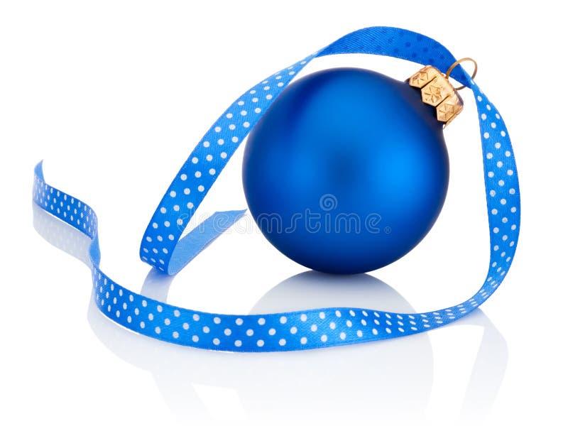Błękitna Bożenarodzeniowa piłka z tasiemkowym łękiem Odizolowywającym na białym tle zdjęcia royalty free