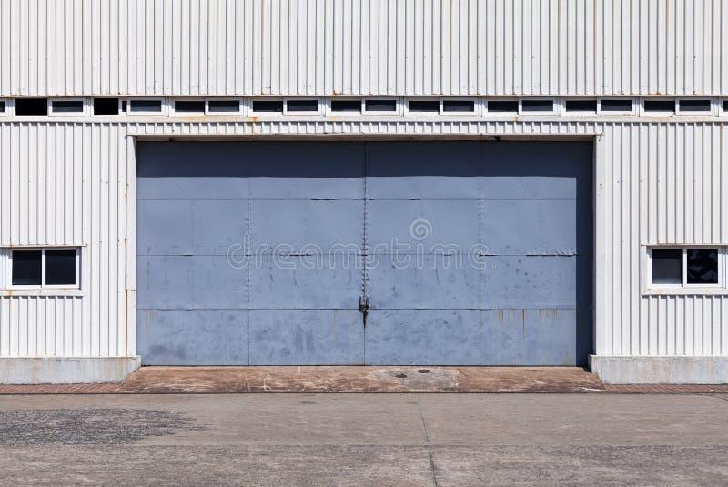 Błękitna brama w białego metalu magazynu ścianie zdjęcie royalty free