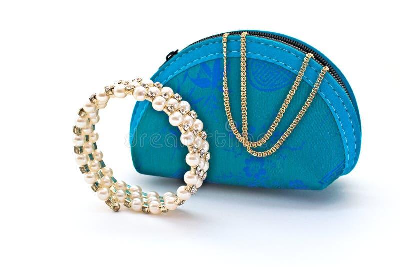 Błękitna damy ` torba Bransoletka dla ręki i złocistego łańcuchu fotografia stock