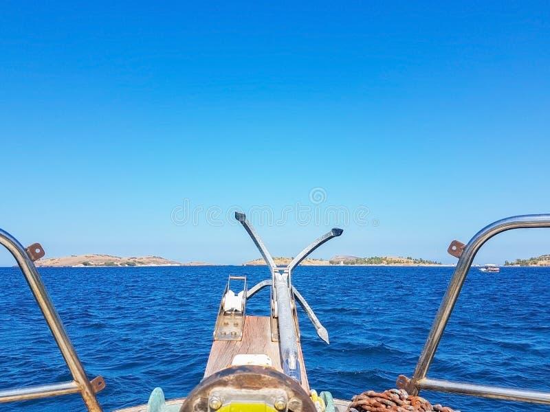 błękitna denna widoku żagla łodzi kotwica fotografia stock