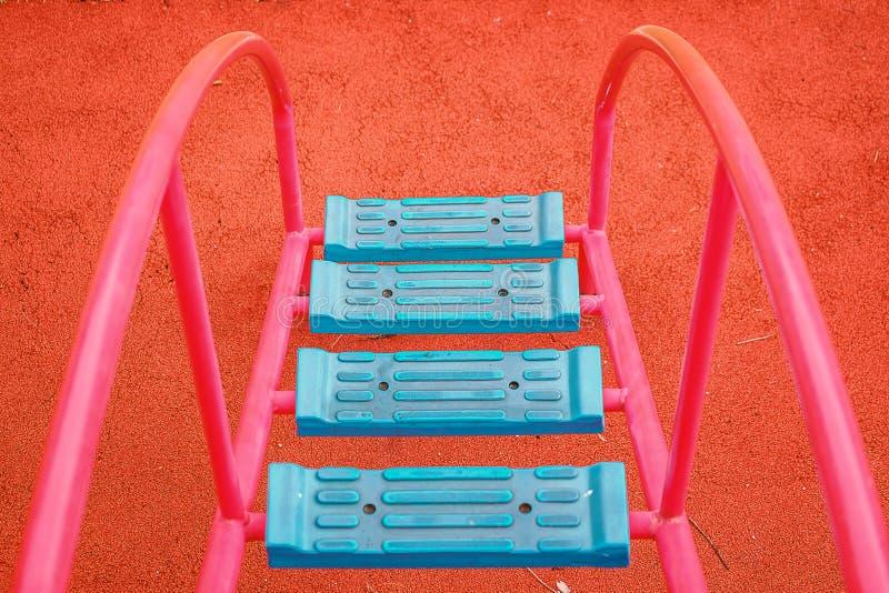Błękitna drabina dla dzieciaków chodzić do boiska wyposażenia zdjęcie stock