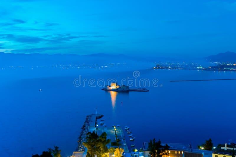 Błękitna godzina Bourtzi kasztel przy Nafplio w Grecja zdjęcie royalty free