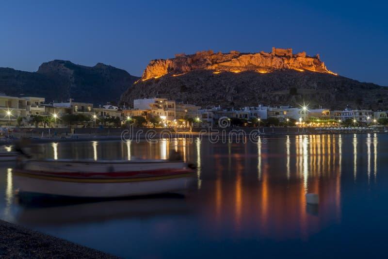 Błękitna godzina przy Haraki Charaki przegapia schronienie i kasztel w odległości, Rhodes wyspa, Grecja obraz royalty free