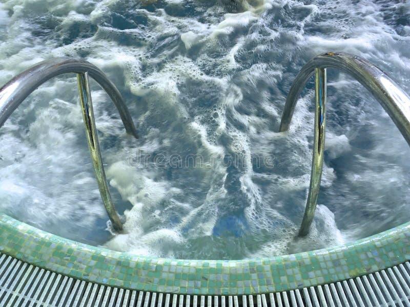 Błękitna gulgocze woda w jacuzzi, odpoczynek w wodnym parku obraz stock