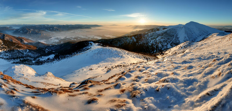 Błękitna halna zimy panorama przy zmierzchem Sistani, szczytowy Chleb obraz royalty free