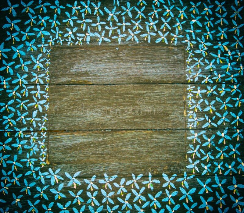 Błękitna i biel wzorzystości granica na czarnych drewnianych panel zdjęcia stock