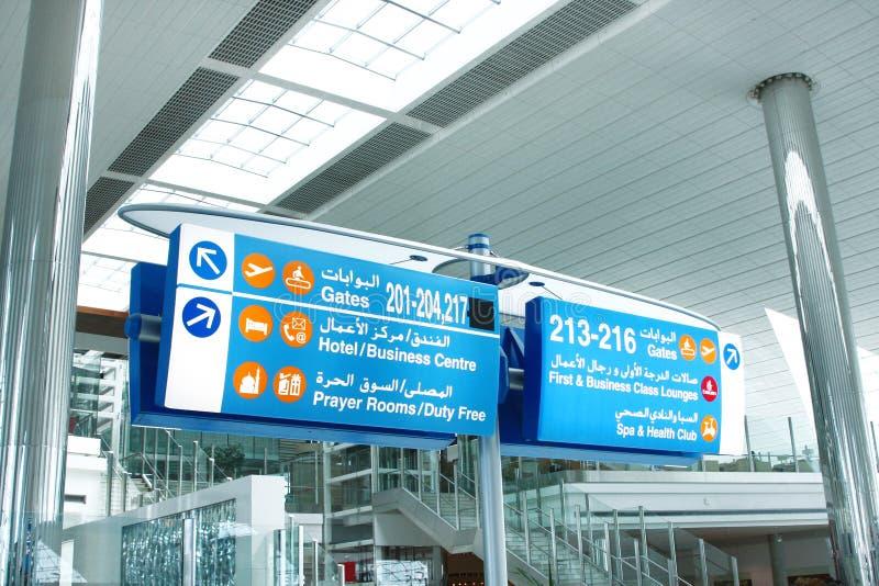 Błękitna informaci deska przy Dubaj lotniskiem fotografia stock