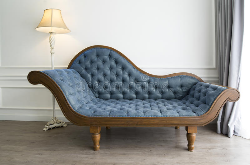 Błękitna kanapa z luksusowym spojrzeniem zdjęcia stock
