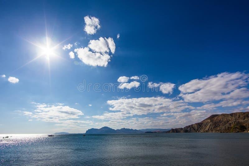 Błękitna laguna i mountaineous tło zdjęcia royalty free