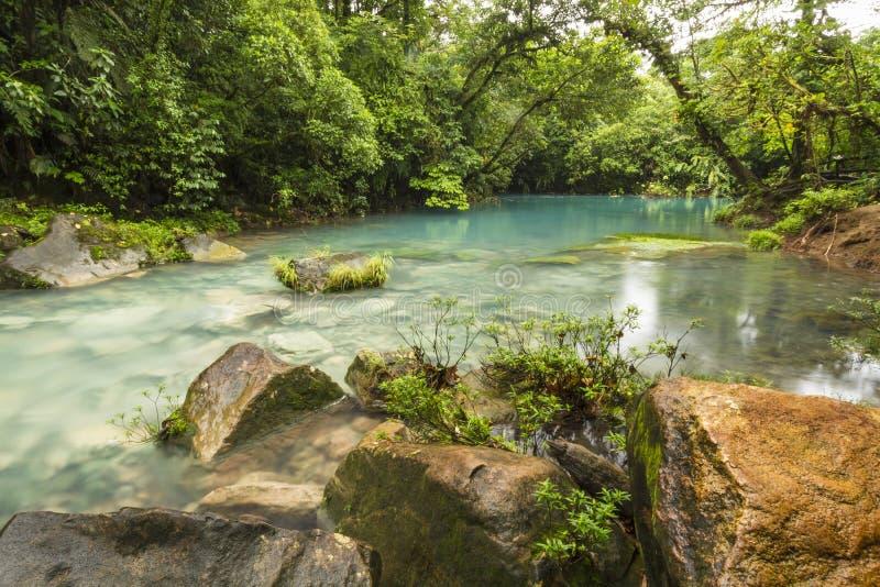 Błękitna laguny i pomarańcze skała fotografia stock