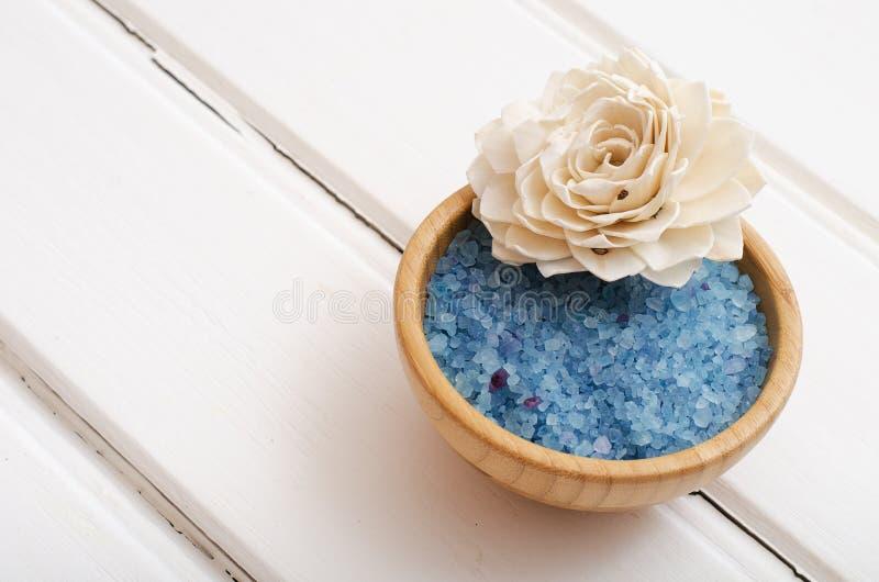 Błękitna lecznicza morze sól na białych deskach zdjęcia royalty free