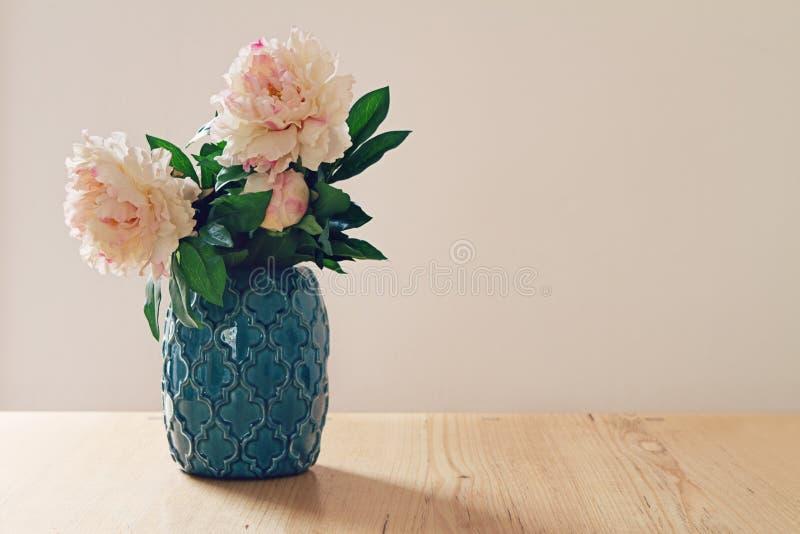 Błękitna marokańska stylowa waza wielcy biali i różowi kwiaty zdjęcie royalty free