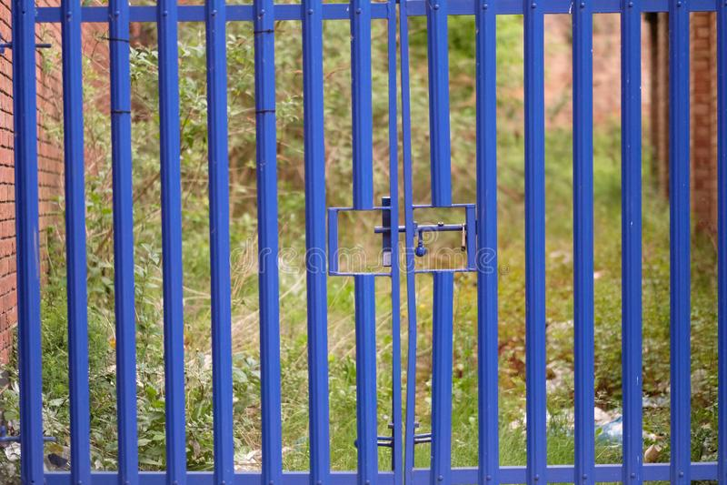Błękitna metal brama z zapadką zdjęcie royalty free