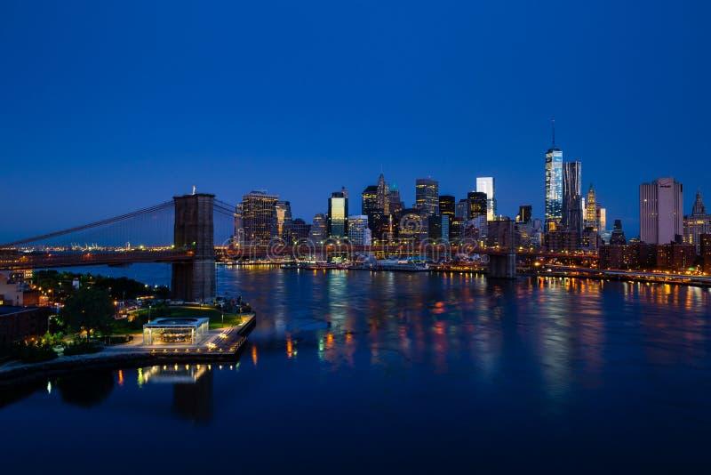 Błękitna Nowy Jork panorama z lower manhattan i mostem brooklyńskim obrazy stock