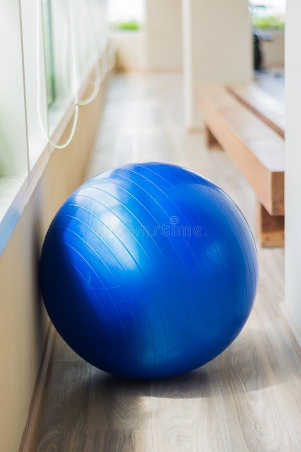 Błękitna piłka w sprawności fizycznej obraz royalty free