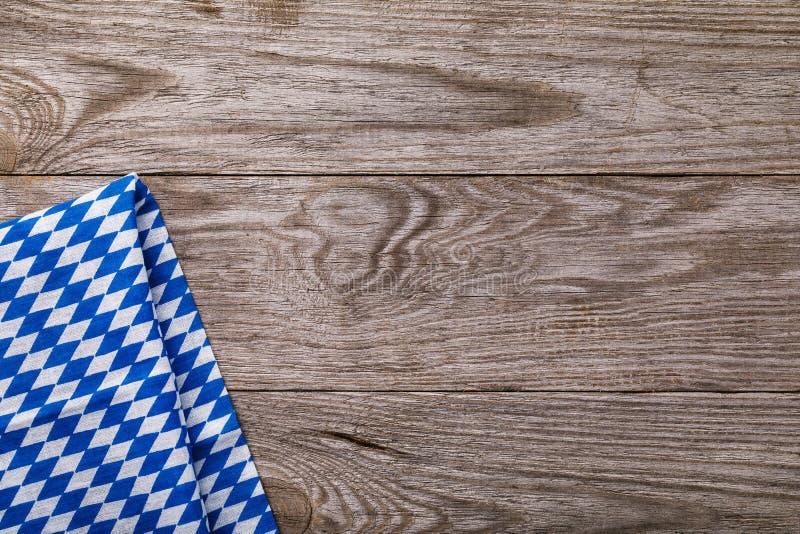 Błękitna pielucha z lewej strony drewnianego stołu zdjęcia royalty free