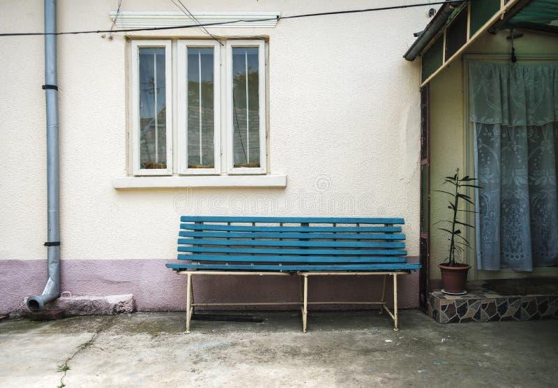 Błękitna rocznika stylu ławka zdjęcia royalty free