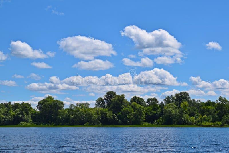 Błękitna rzeka i piękne chmury obrazy royalty free