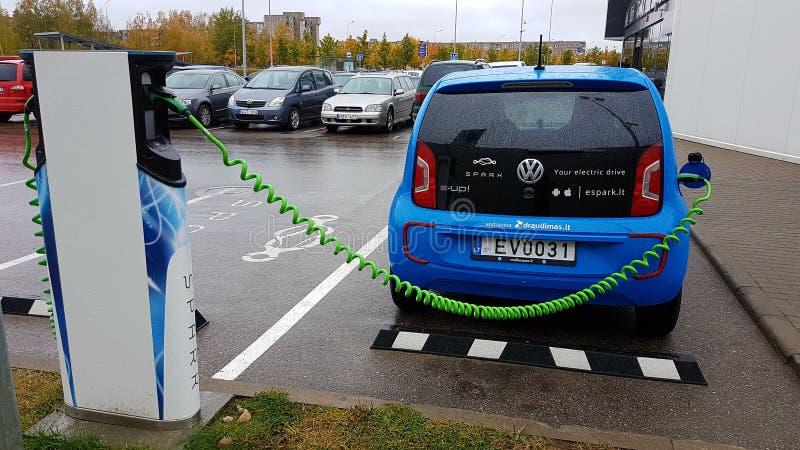 Błękitna samochodowa ładuje elektryczność obrazy stock