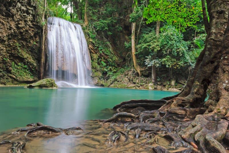 Błękitna strumień siklawa w Kanjanaburi Tajlandia (Erawan siklawy park narodowy) zdjęcie stock