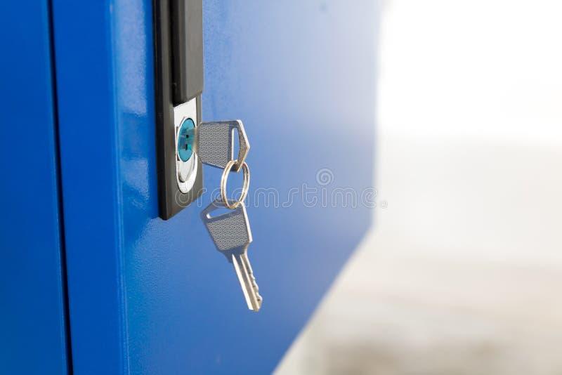 Błękitna szafka i kluczowy łańcuch w szkolnym gym Nowożytni metali gabinety, copyspace dla twój projekta i zdjęcia stock