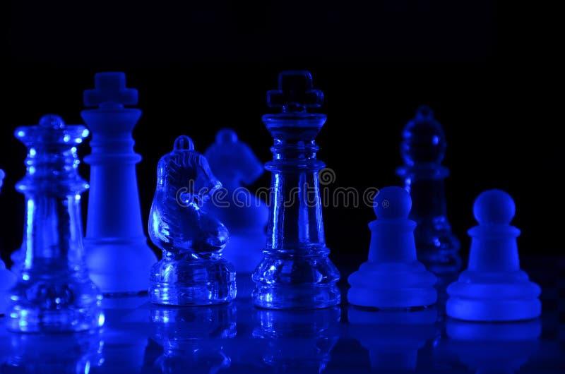 Błękitna Szklana Szachowej gry deska na ciemnym tle fotografia royalty free