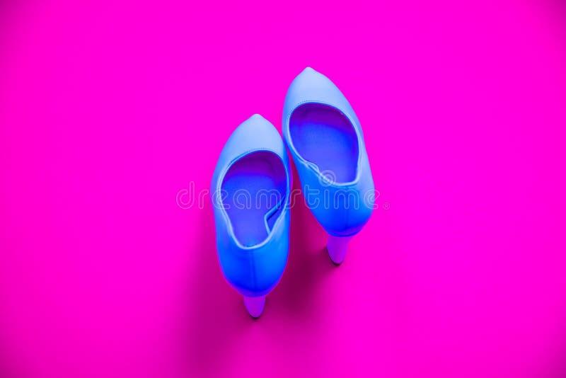 Błękitna wysokość heeled buty na różowym purpurowym tle pięty wskazuje w górę - odgórny widok - zdjęcie royalty free