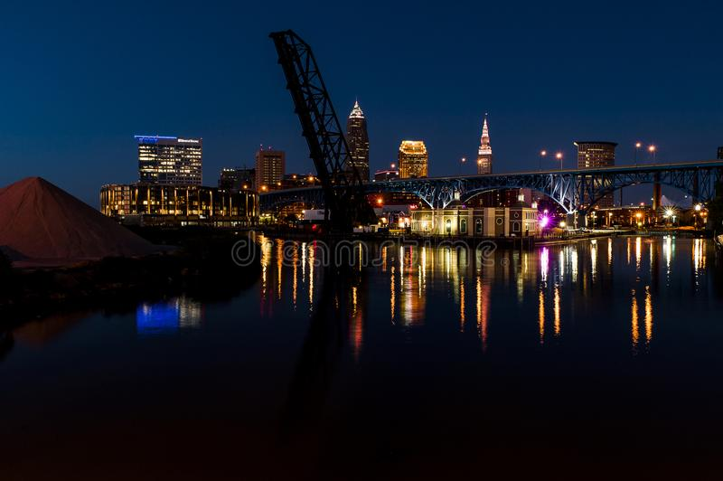 Błękitna, Złota godzina/zmierzch - Cleveland, Ohio linia horyzontu z mostami zdjęcie stock