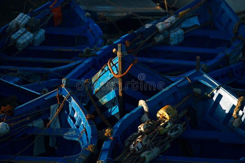 Błękitne łodzie rybackie w Essaouira schronieniu fotografia royalty free