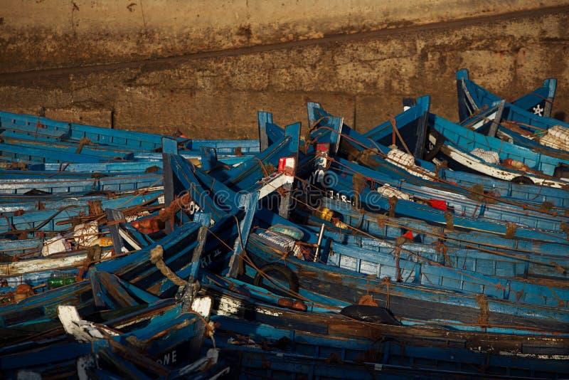 Błękitne łodzie rybackie w Essaouira schronieniu, Maroko fotografia royalty free